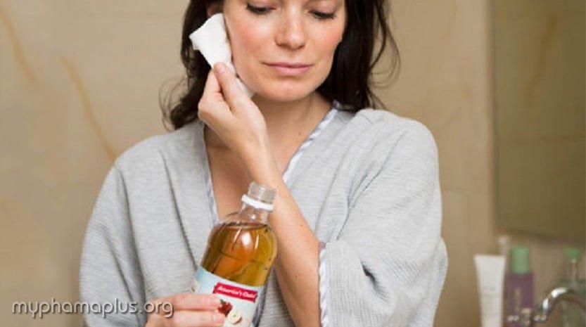 4. Làm sạch mặt với dấm táo